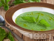 Рецепта Полезна веган крем супа от коприва с кускус и заквасена сметана